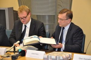 ESA's Director of Legal Affairs and External Relations, Peter Hulsroj, and Estonian Minister of Economic Affairs and Communications, Juhan Parts (right), sign the Cooperation Agreement on 10 November in Tallinn. (Credits: ESA/Ministry of Economic Affairs and Communications for Estonia)