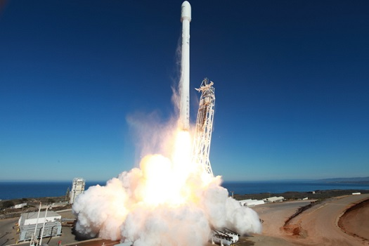 Falcon 9 lifts off from Vandenberg Air Force Base. (Credit: SpaceX)