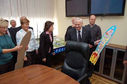 Yuri Alexeev bids farewell to his staff. (Credit: State Space Agency of Ukraine)