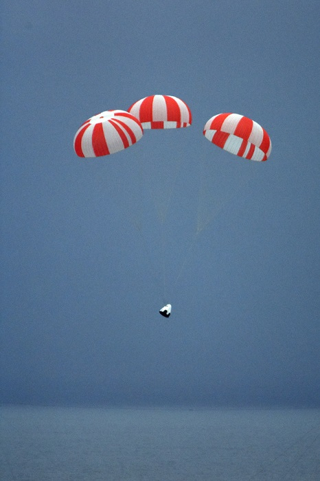 Dragon pad abort test article descends under parachutes. (Credit: SpaceX)