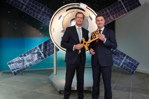 Handing over the key: Bart Reijnen symbolically hands over the Bremen key to his successor Oliver Juckenhöfel. (Credt: Airbus)