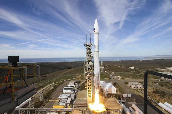 A United Launch Alliance (ULA) Atlas V rocket carrying the WorldView-4 spacecraft lifts off from Space Launch Complex-3 at Vandenberg Air Force Base. (Credit: ULA)