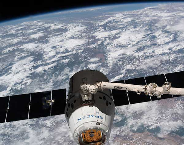 Report: SpaceX Dragon Spacecraft Contaminating Space Station